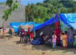 マムジュ県クルック郡の避難民キャンプ。1つのテントに複数の被災者家族が身を寄せ合っています(2/5撮影)