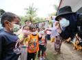 子どもたちにマスクを配るACTスタッフ ©ACT